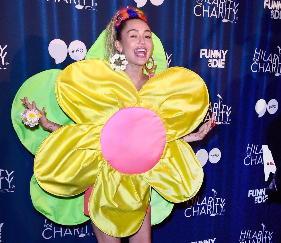 d3fad606d8 Cinco vestidos que demuestran que Ágatha Ruiz de la Prada es la diseñadora  fetiche de Miley Cyrus