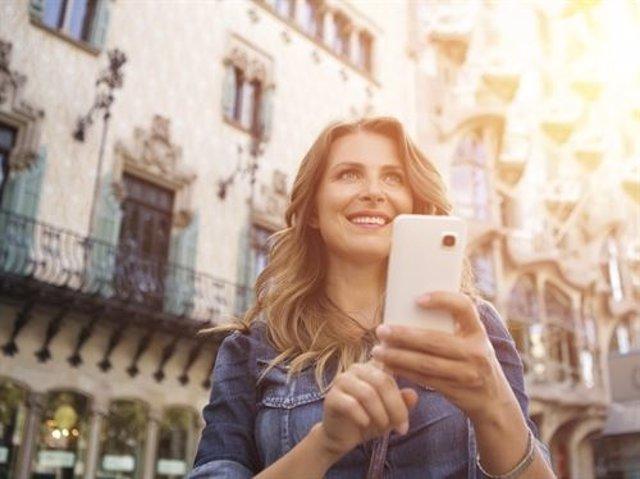 Mujer usando móvil