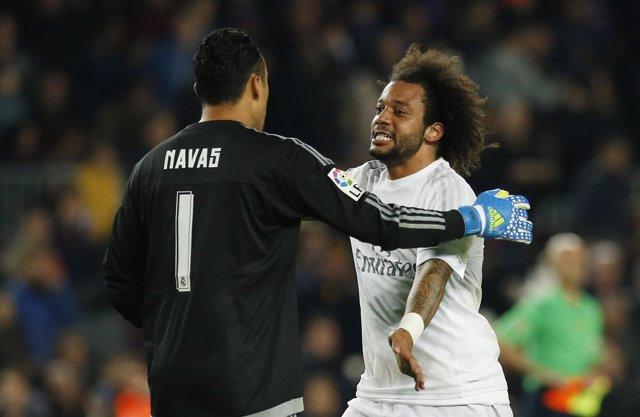 Marcelo se abraza a Keylor Navas tras el clásico en el Camp Nou