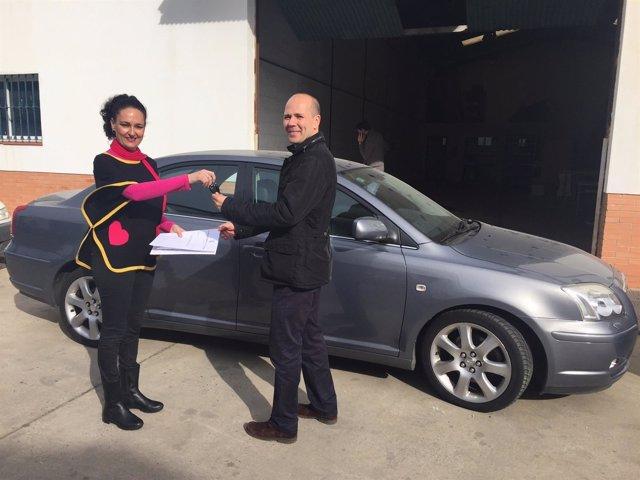 La alcaldesa de Gibraleón entrega las llaves del coche oficial subastado.