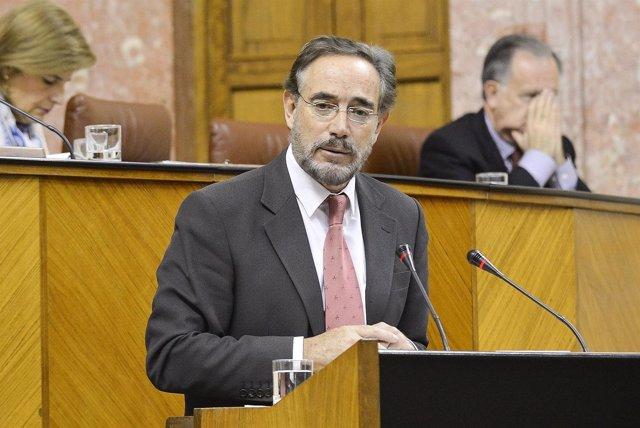 El consejero de Fomento y Vivienda, Felipe López en el pleno del Parlamento