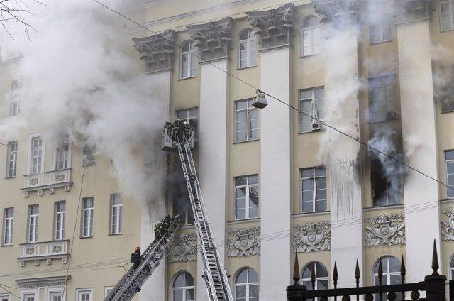 Bomberos en la sede del Ministerio de Defensa ruso