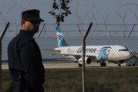 El piloto del avión desviado a Chipre asegura que el secuestrador no entró en la cabina
