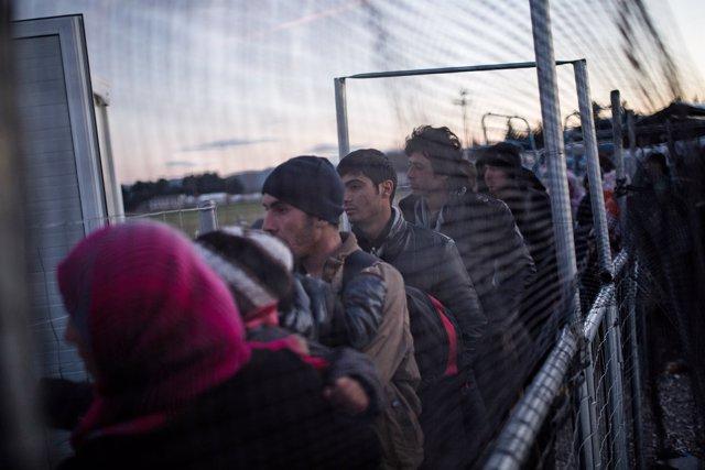 Refugiados llegan a un centro de acogida de Idomeni, en Grecia