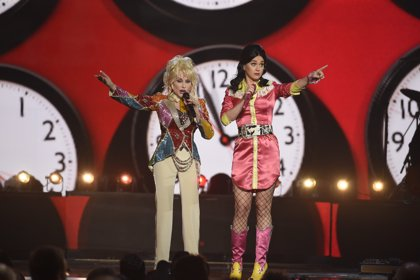 Katy Perry y Dolly Parton cantan juntas en los ACM Awards 2016