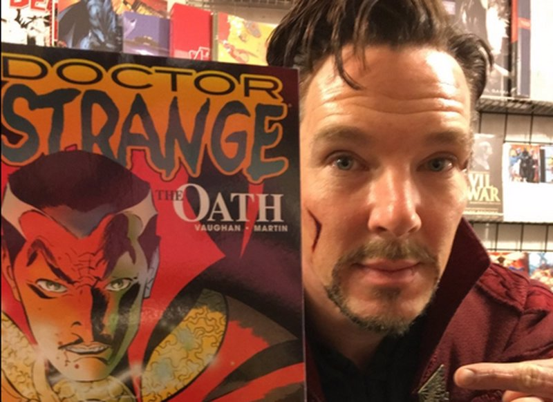 Vídeo: Benedict Cumberbatch visita una tienda de cómics vestido de Doctor Extraño