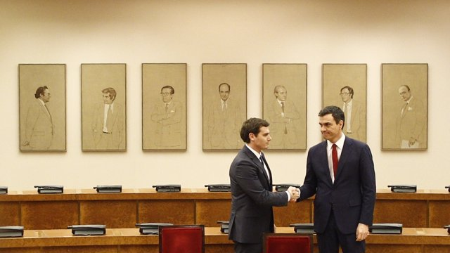 Sánchez y Rivera sellan su acuerdo ante el retrato de 'padres' de Constitución