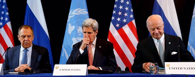 Sergei Lavrov, John Kerry y Staffan de Mistura tras una reunión sobre Siria