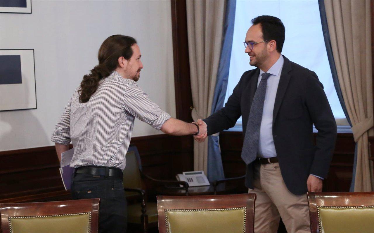 Pablo Iglesias y Antonio Hernando se estrechan la mano en el Congreso