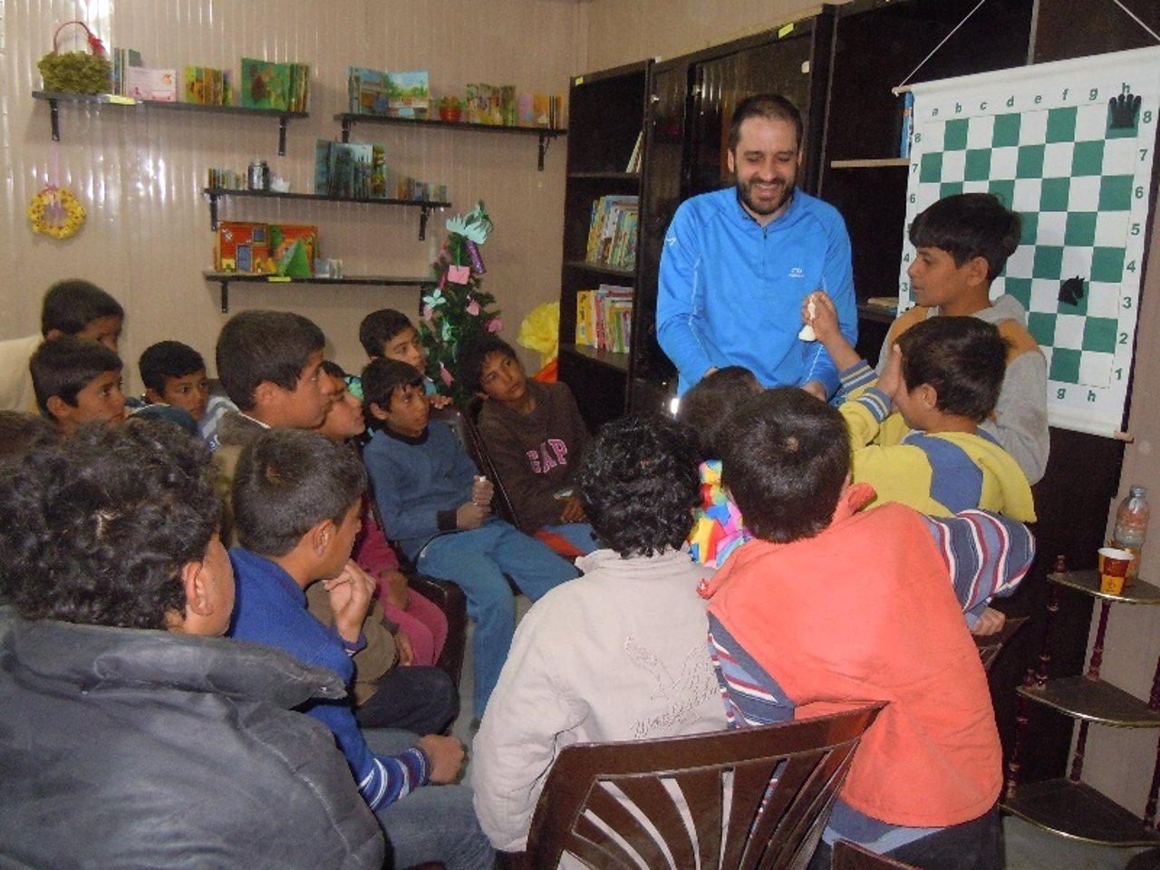 El maestro internacional Pablo Garcia dando clases a niños refugiados sirios