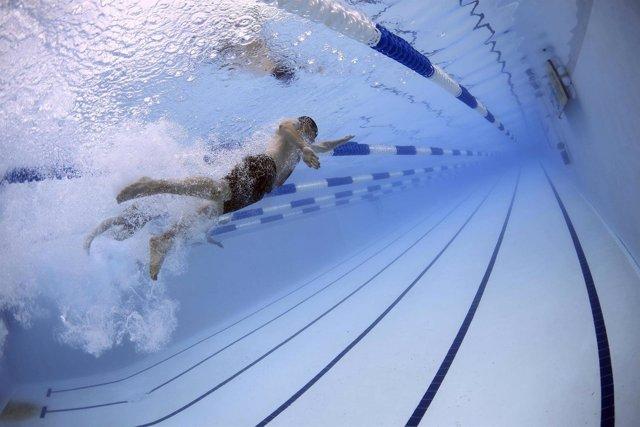 Nadador nadando en la piscina