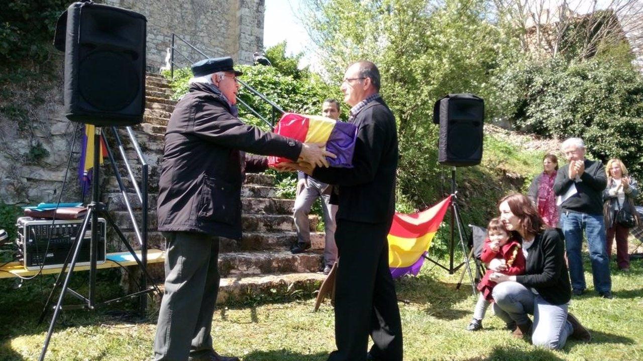 Una de las entregas de restos a  familias represaliadas en Valdenoceda (Burgos)