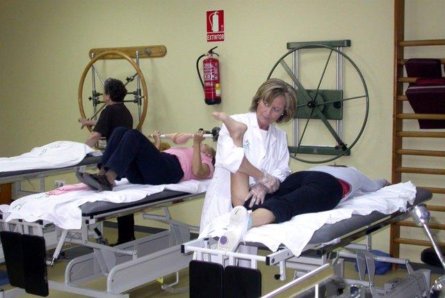 Una Fisioterapeuta Atiende A Una Paciente En Sevilla