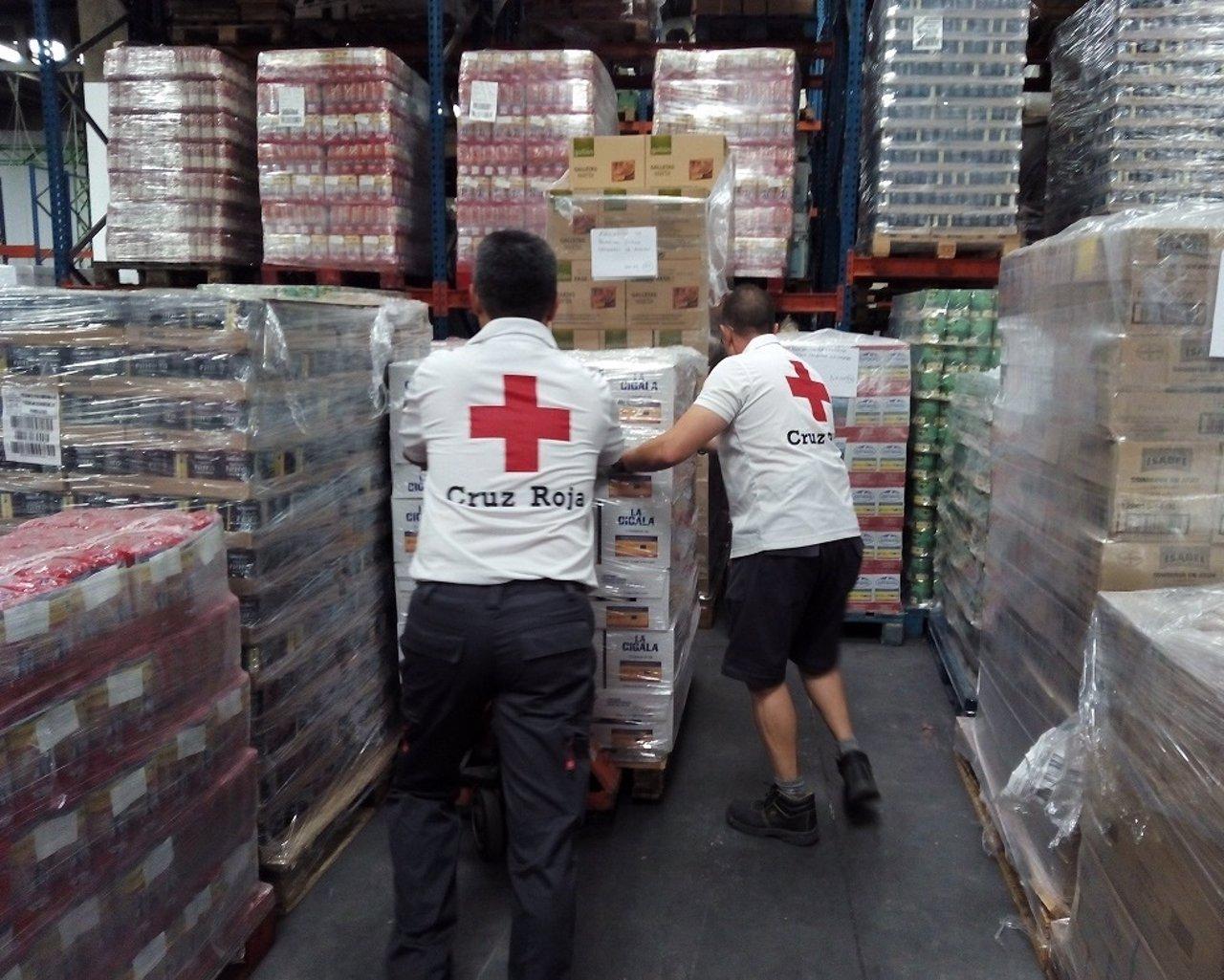 Imagen de unos voluntarios de Cruz Roja con los alimentos