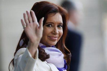 Miles de personas apoyan a Fernández en su regreso a Buenos Aires para acudir ante el juez