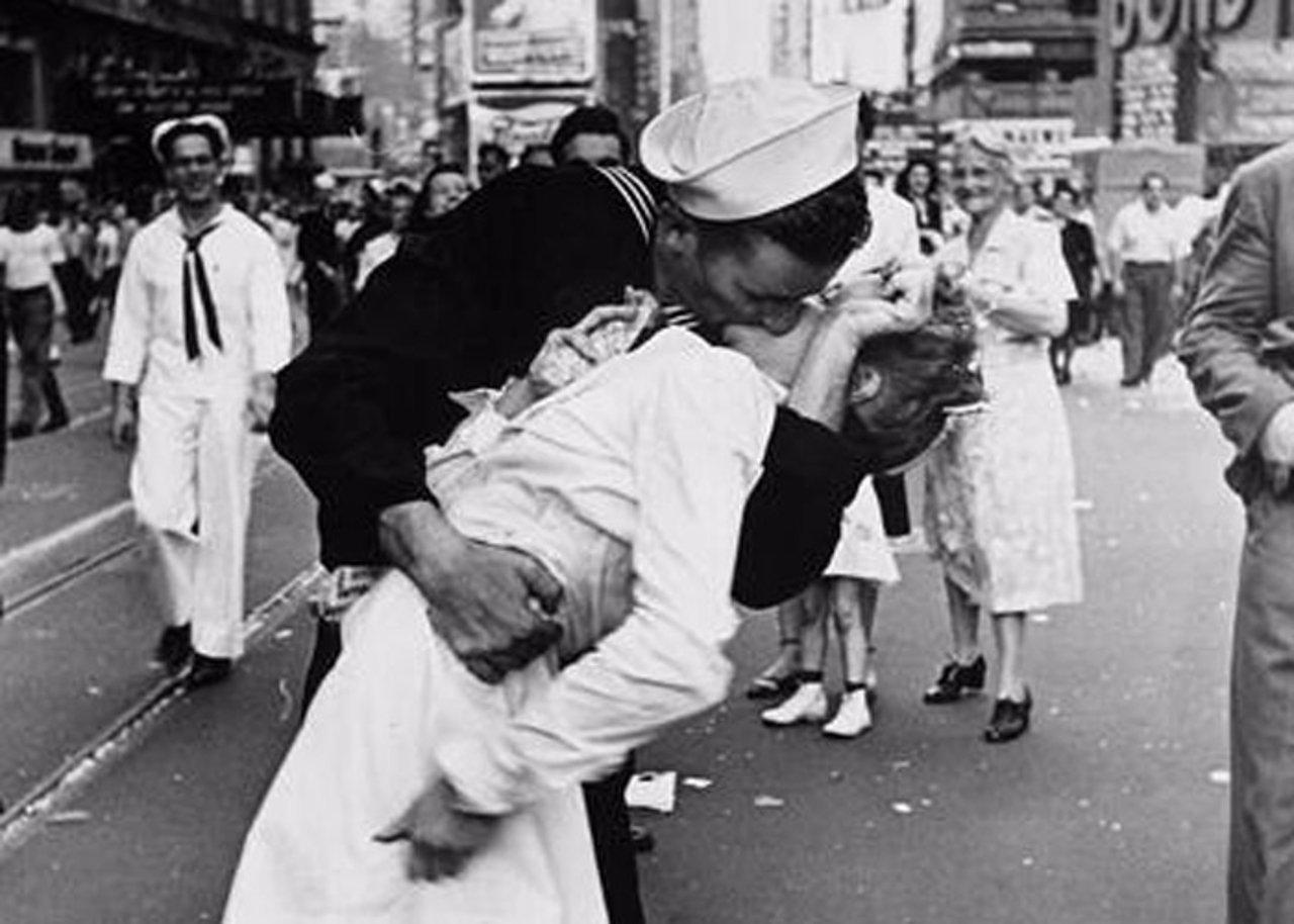 Soldado roba beso a enfermera al terminar la Segunda Guerra Mundial
