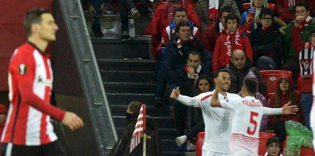 Iborra celebra el 1-2 en el Athletic-Sevilla de Europa League