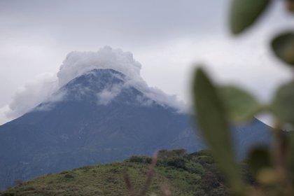 El volcán de Colima emite una columna de gases de 2.000 metros