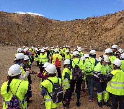 El colegio de Morata de Jalón traslada sus aulas a la cantera de Cemex en el Día del Árbol