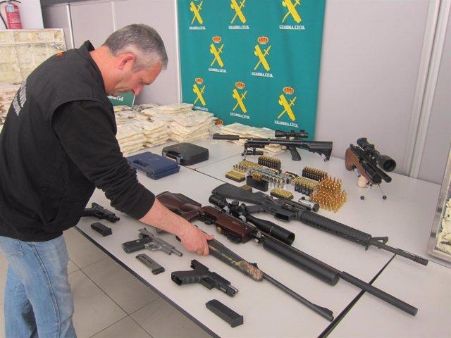 Droga y armas incautadas a una red que introducía cocaína en muebles desde Perú