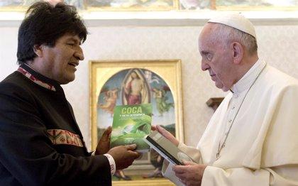 Morales regala al Papa tres libros sobre los beneficios de la hoja de coca y le invita a consumirla