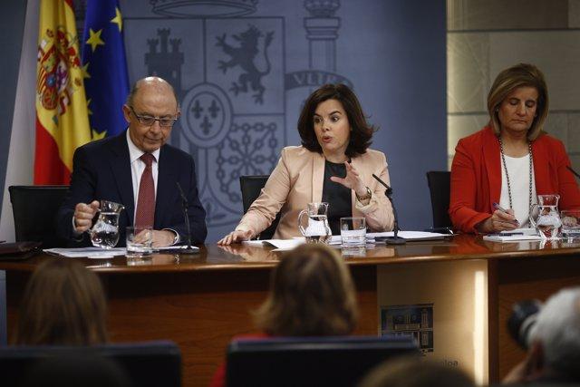 Montoro, Santamaría y Fátima Báñez tras el Consejo de Ministros