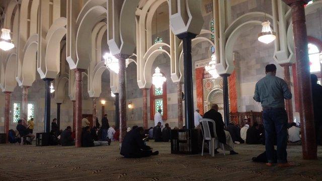 Musulmanes rezan en la Mezquita de la M-30 de Madrid