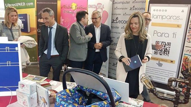 La consejera Pilar Alegría visita la Feria de Tiendas Virtuales de Huesca