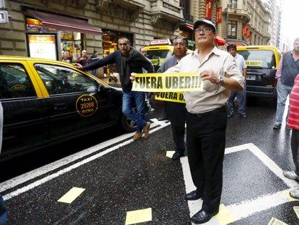Los taxistas porteños realizan 25 cortes contra la empresa de transporte Uber