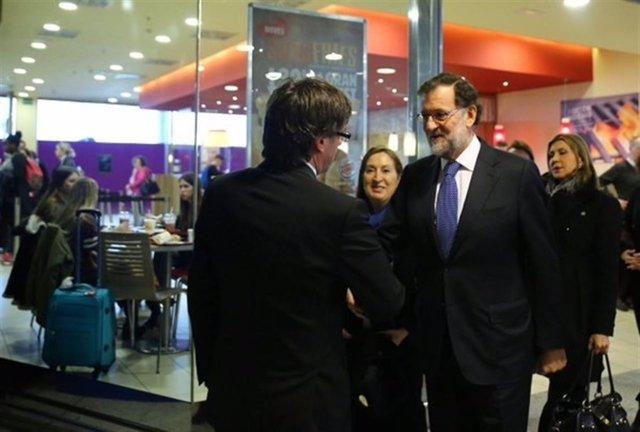 Puigdemont saluda a Rajoy.