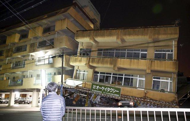 Un edificio dañado tras el terremoto en Kumamoto, Japón