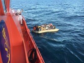 Rescatadas 39 personas, entre ellas un bebé, de una patera