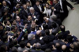 Diputados oficialistas y de la oposición llegan a las manos en la votación del 'impeachment' de Rousseff