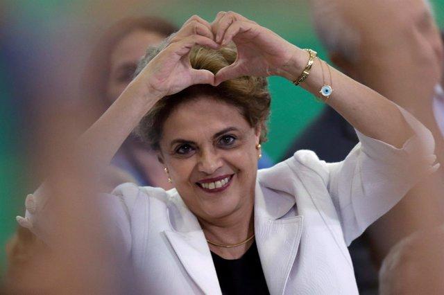 Dilma Rousseff hace la forma de un corazón con las manos