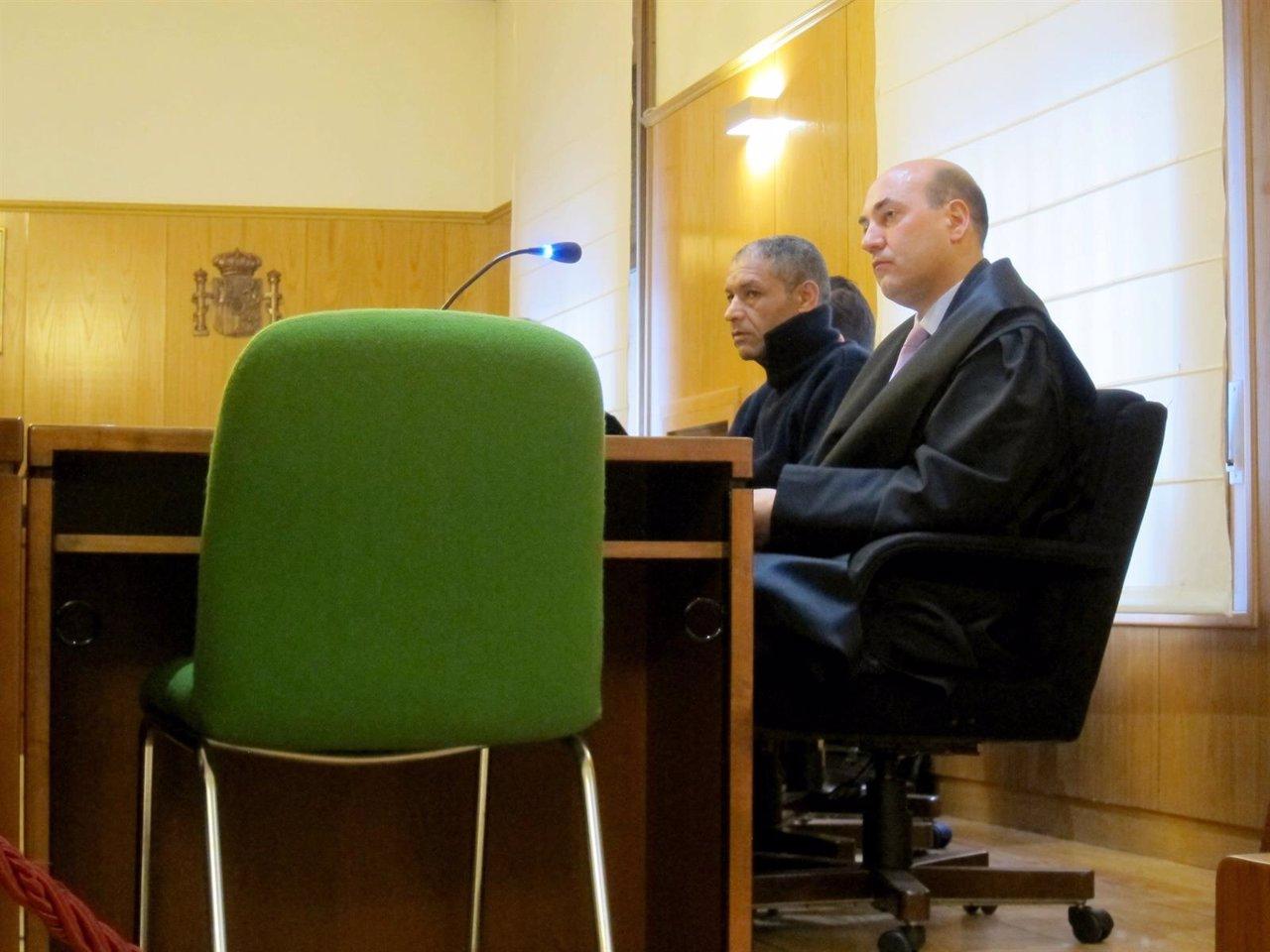 El procesado junto a su abogado defensor en la Audiencia de Valladolid.