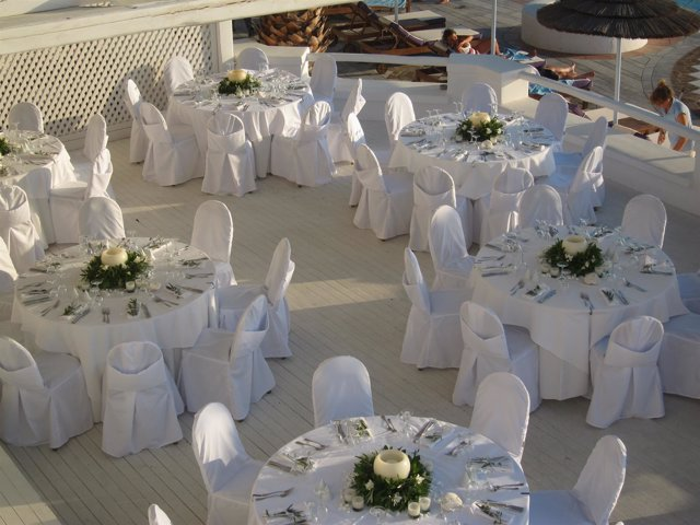 Mesas preparadas para un banquete