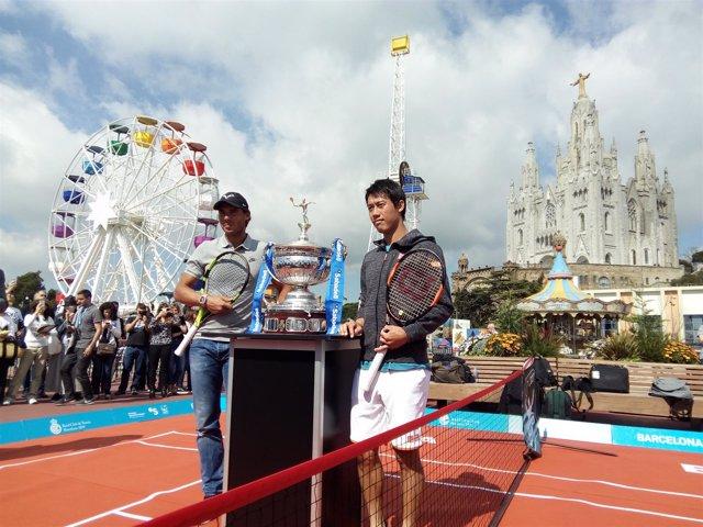 Nadal y Nishikori con el trofeo del Conde de Godó en el Tibidabo