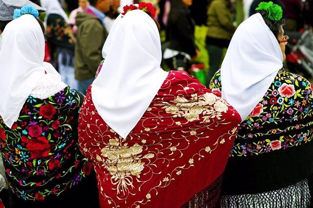 En la capital se celebra la fiesta más popular con sus trajes de chulapos.