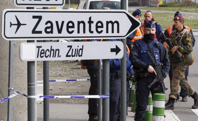 Policías en el acceso al Aeropuerto de Bruselas-Zaventem