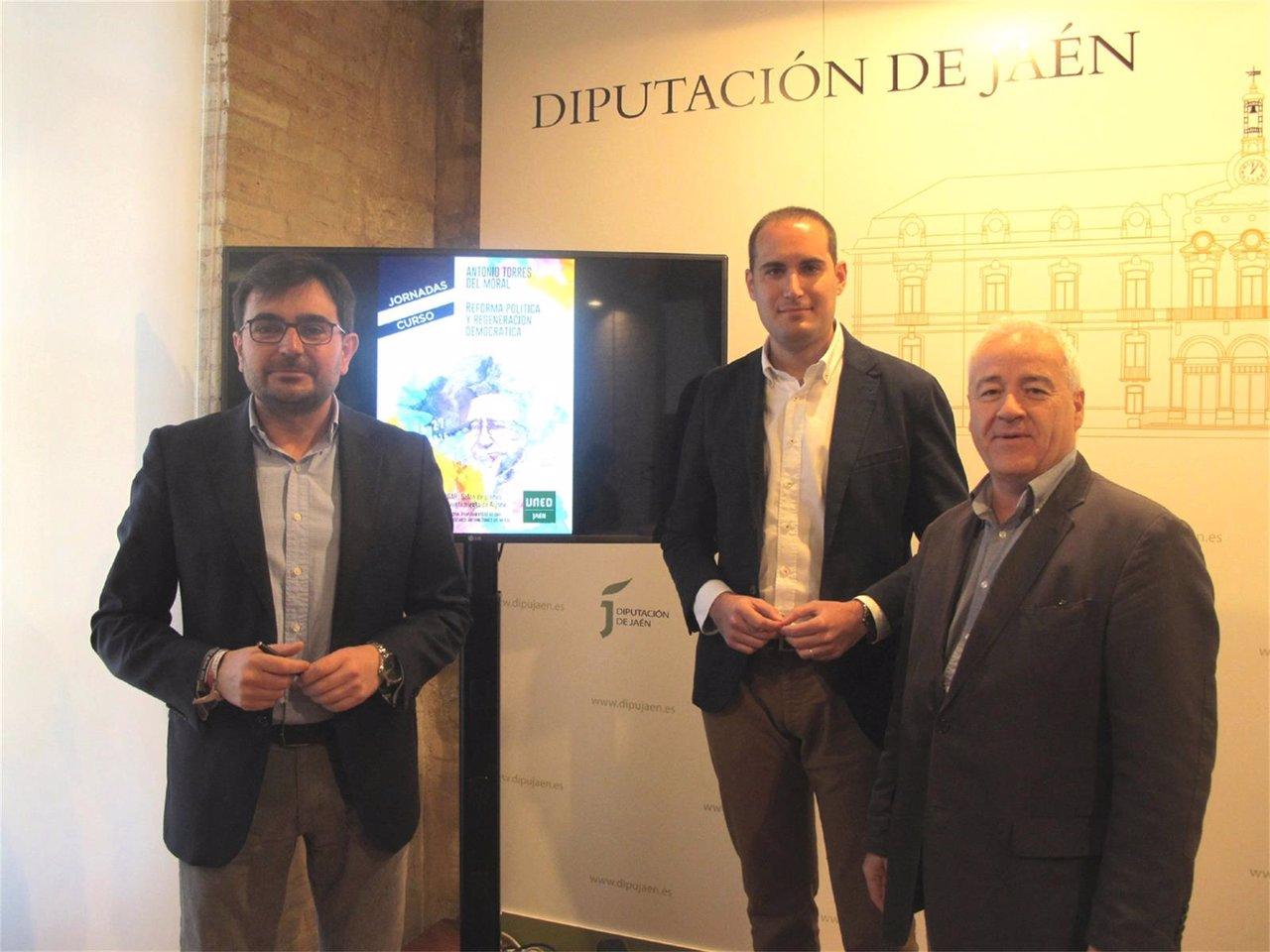 Pérez, Latorre y Medina presentan las jornadas sobre reforma política.