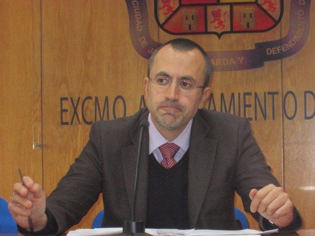 El concejal de Hacienda, Manuel Bobilla, en la rueda de prensa