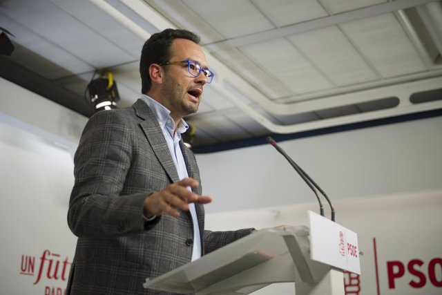 El portavoz del PSOE, Antonio Hernando, en una rueda de prensa en Ferraz