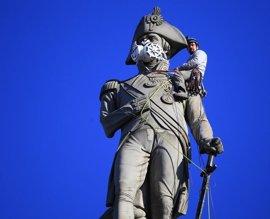 Ecologistas colocan mascarillas a 15 estatuas famosas de Londres para denunciar la contaminación