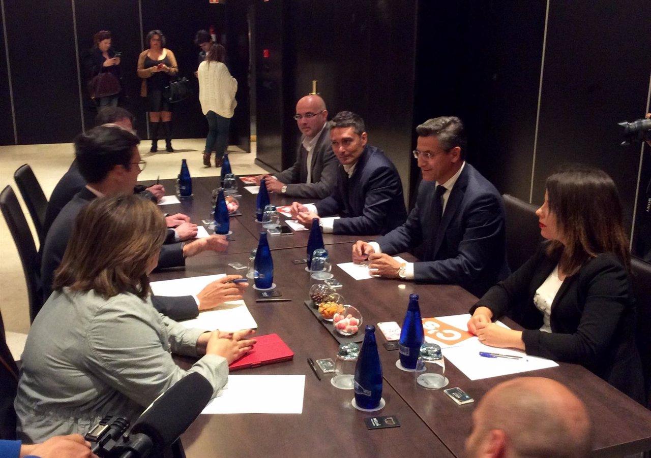 Reunión entre delegaciones de PSOE y Ciudadanos en Granada