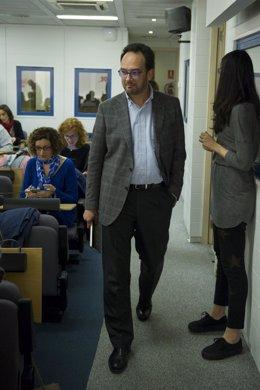 El portavoz del PSOE, Antonio Hernando, antes de dar una rueda de prensa