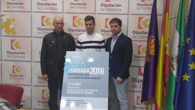 Torralbo (centro) durante la presentación de la jornada