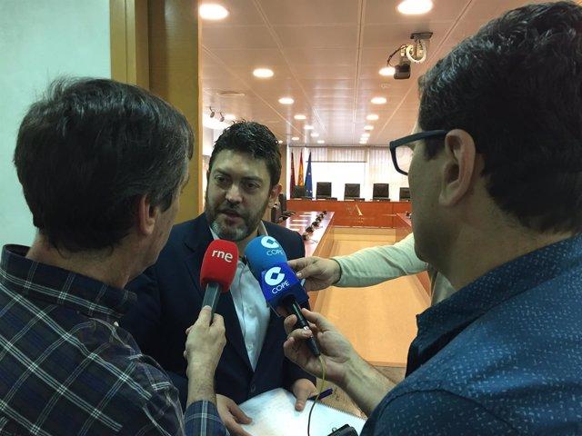 Miguel Sánchez atiende a los medios antes del inicio de la Comisión