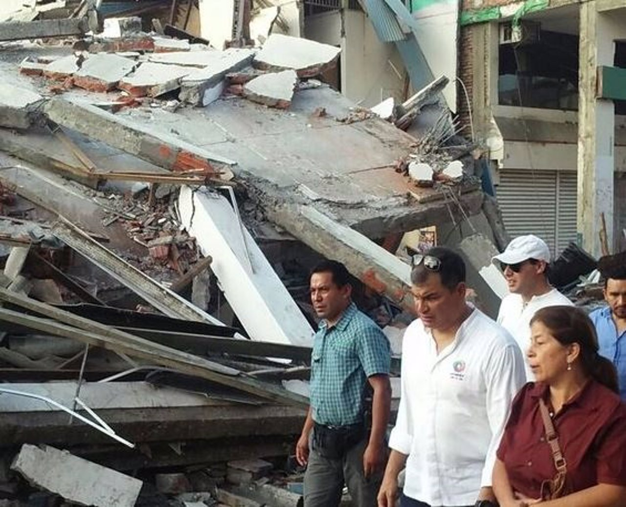 El presidente ecuatoriano, Rafael Correa, en la zona afectada por el terremoto