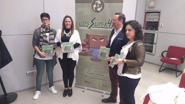 Barbero (centro) presenta el libro junto a Martínez y las creadoras del mismo