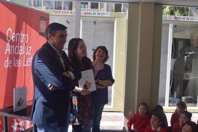 El delegado de Educación, Vicente Zarza, en la feria del libro.